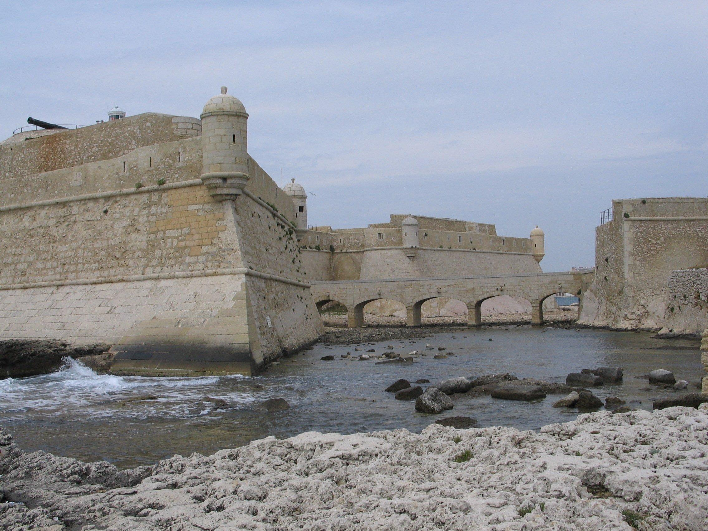 La passe de Port-de-Bouc avec vue sur le fort dit de Vauban